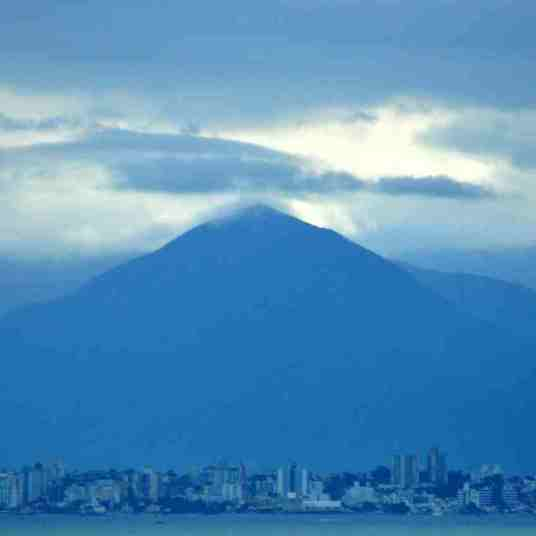 Em primeiro plano, parte continental de Florianópolis. Ao fundo, Morro do Cambirela, em Palhoça.