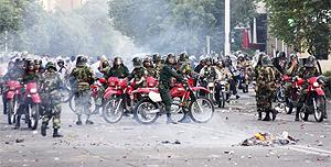 Policiais se reúnem em Teerã para reprimir as manifestações contra o resultado das eleições...