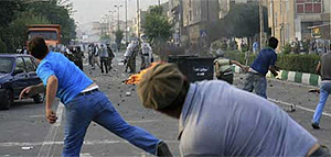 ... e manifestantes atacam com paus e pedras