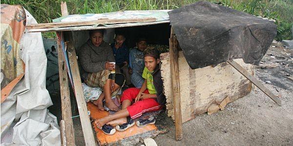 Crianças acampadas, sem ter para onde ir.