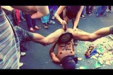 Gay recebendo crucifixo no cu