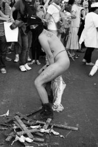 Gay enfia a cabeça da imagem de Nossa Senhora em seu ânus imundo.