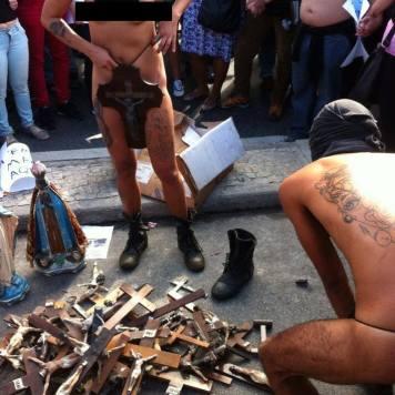Feministas e gays se masturbam com crucifixos em público.
