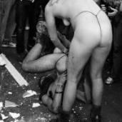 Feminista enfiando Cruz no ânus de um gay.