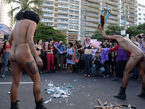 Militantes gays e feministas em sua intolerância: quem vai preso? (2/4)