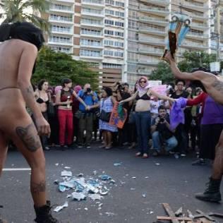 Gays quebram imagens sacras e ultrajando cristãos.