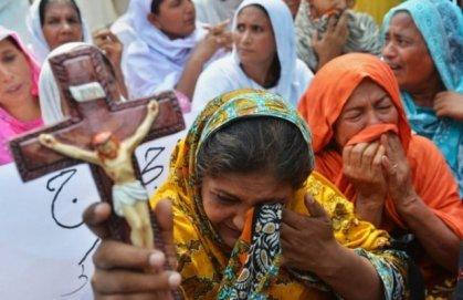 Mulheres choram por seus parentes assassinados na Síria
