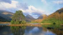 Brejo com uma ilhota (Highlands, Escócia)
