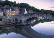 Paisagem de uma vila francesa da Bretanha