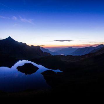 Horizonte, montanhas, anoitecer, reflexo (local desconhecido)