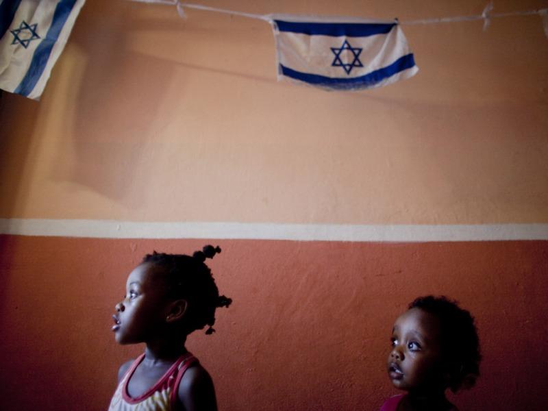 Crianças sul-sudanesas num centro de triagem em Israel, esperando pela deportação.