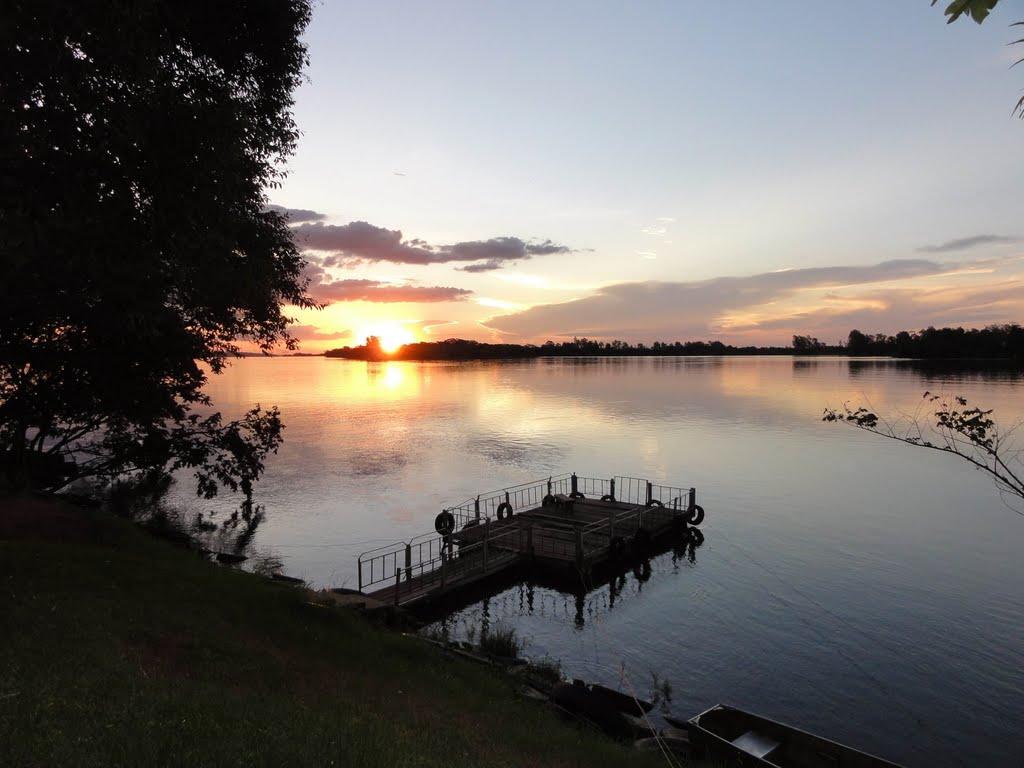 Pôr-do-sol às margens do Rio Paraná, em Marilena (PR). Foto: Wilmar Santin.