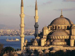 Basílica de Santa Sofia, em Istambul, Turquia, em frente à Mesquita Azul.